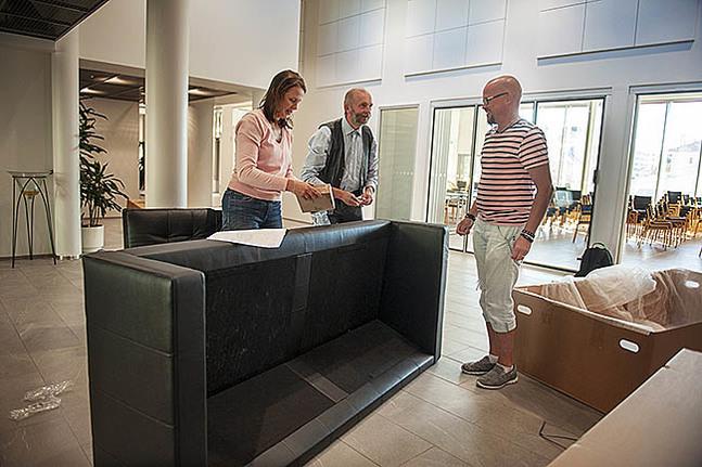 Carolina Djupsjöbacka, Kristian Sjöbacka och Niklas Lindvik monterar soffor som skolans elevförbund sponsorerat.