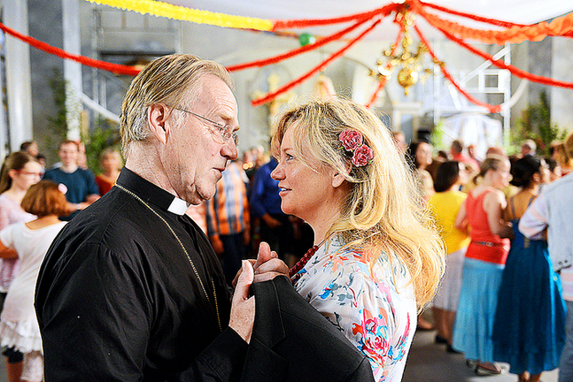 Niklas Falk som kyrkoherden Stig och Maria Sid som barnmorskan Helena.