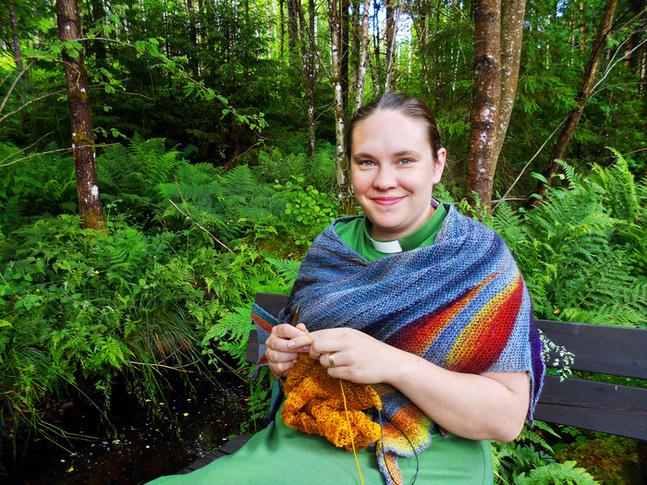 Emma Josefsson är glad över möjligheten att kombinera kreativitet och bön.