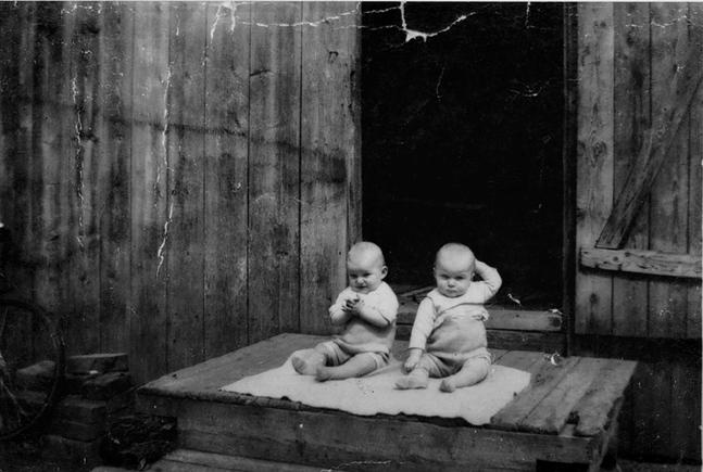Bröderna Vilpanen som ettåringar. De föddes i en finsktalande familj, men växte upp på svenska och är i dag helt svenskspråkiga.