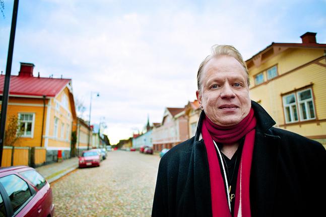 Ett av Peter Sandströms bästa minnen av sin egen pappa var när pappan i 75-årsåldern tog tåget till Åbo och ställde upp som barnvakt i baksätet för att Peter och tvååriga sonen Leo skulle kunna ta bilen till Nykarleby. –Tre generationer, den resan fick vi göra tillsammans. Det är ett fint minne. (foto: Sofia Torvalds)