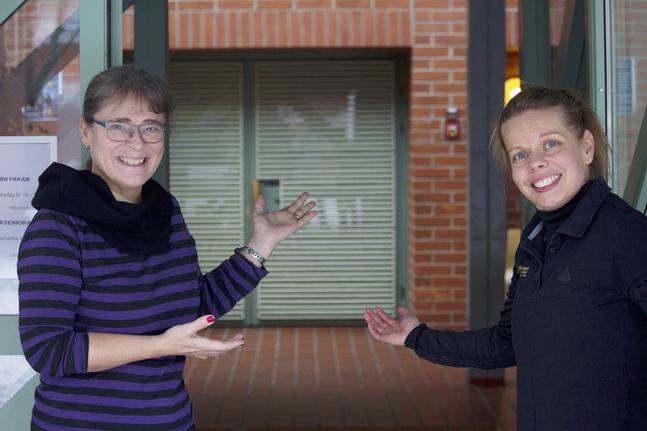 Tonja Paavola (till höger) och Marianne Mimi Sundroos bjuder in till att fira julafton i Matteus församling.