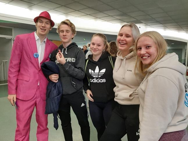 Programledare Walter Wallén tar emot en anmälan till open stage av Walter Törnwall. Matilda Hildén, Alina Hellström och Dessa Grapes tror han klarar sin ståuppshow bra.