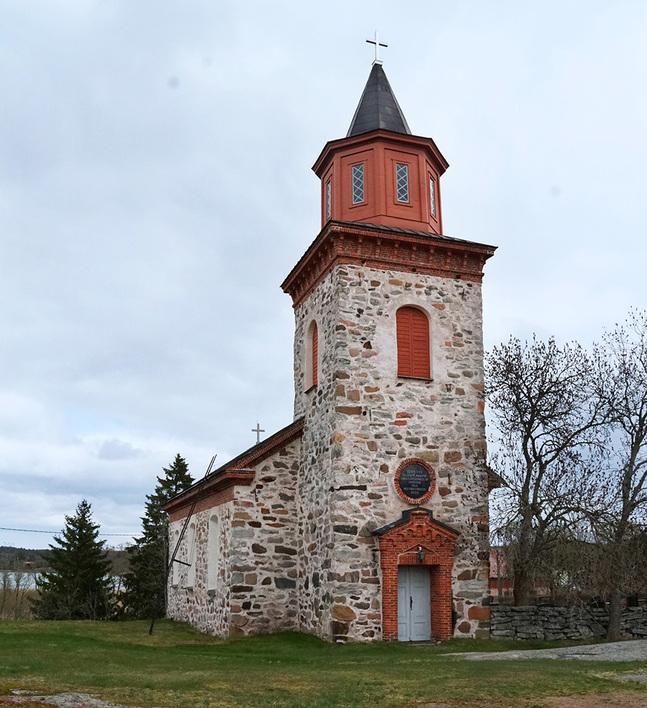 Iniö kyrka ska få nytt golv. Det gamla har gett efter på grund av en fuktskada.
