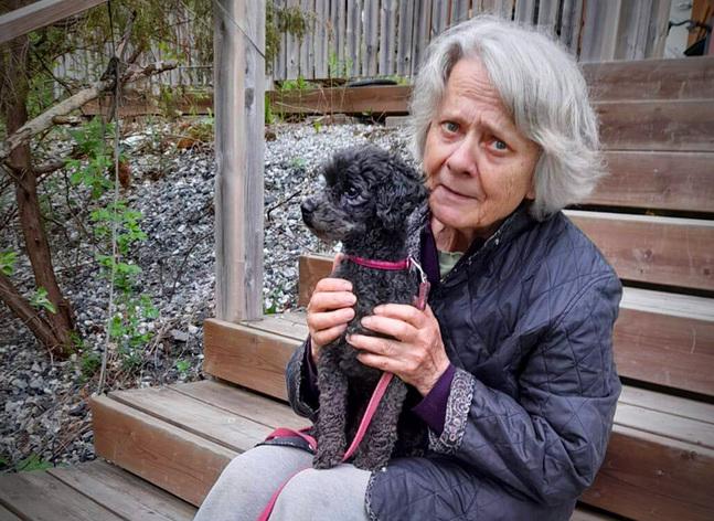 Ann-Maj Laurén bor i Pjukala, Pargas. Här är hon tillsammans med sin dotters hund, den fyraåriga pudeln Sotis.