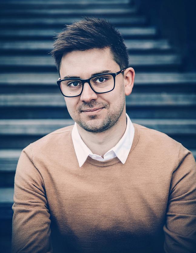 Anton Lundholm är född och uppvuxen i Småland, men bor idag i Stockholm.