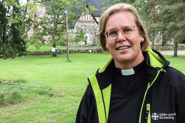 Camilla Ekholm som är kyrkoherde i Sibbo har valt att se hoppfullt på hösten. Och pandemin har lärt henne några mycket viktiga saker.