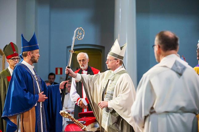 Kari Mäkinen vigde Helsingfors nya biskop, Teemu Laajasalo till tjänst.