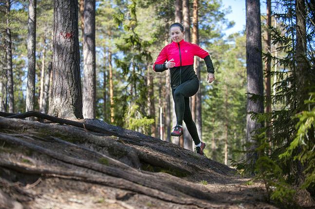 – Det är som att kombinera träning med att bara vara ute och njuta av naturen. Det kräver inga förberedelser, jag bara far, säger Lina Björkskog om terränglöpningen.