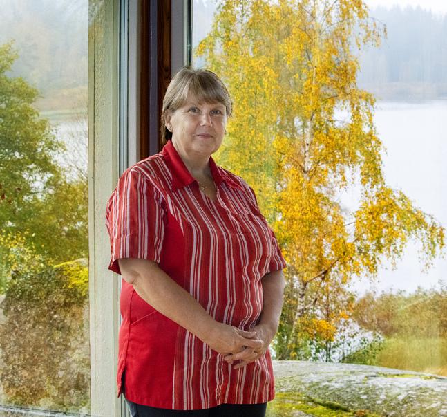 Carola Rantti som är husmor på Nilsasgården tycker om att planera sitt jobb självständigt. Utsikten från kapellet över Storträsket hör till hennes favoriter.