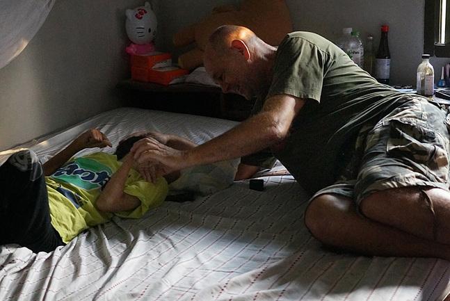 Bob van Rinj har grundat en stiftelse, Asia Care Foundation. Här hjälper han en 25-årig funktionhindrad kvinna och hennes mormor.