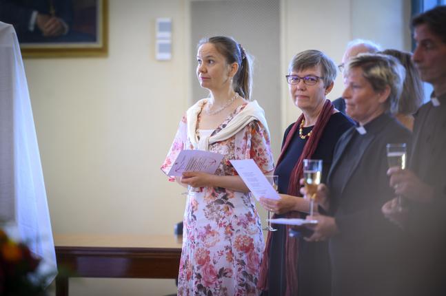 Ninni Heldt målade biskopens porträtt. Här bredvid biskopens hustru Maria Björkgren-Vikström samt Agricola svenska församlings kyrkoherde Stina Lindgård.