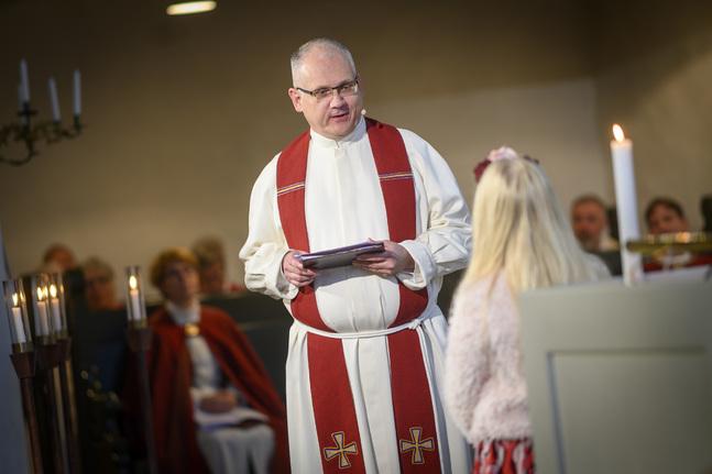 Biskopen predikade tillsammans med skoleleven Mahira Paukku. Foto: Nicklas Storbjörk
