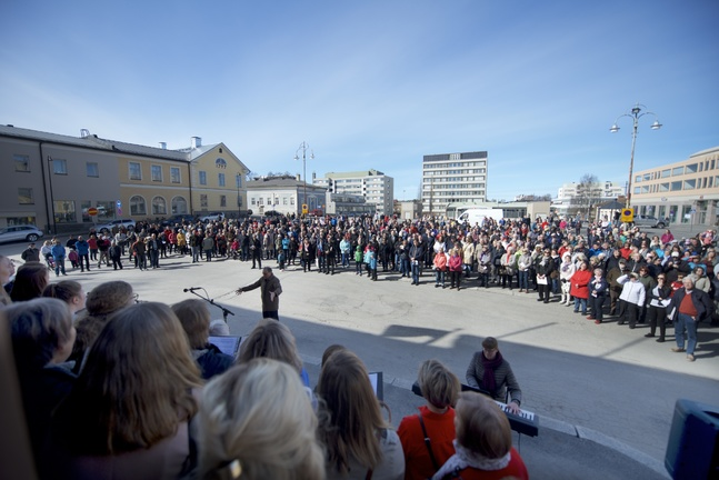 Körerna Jakob Gospel, Adorate, Cantate, Gloriakören, Jakobstads kyrkokör och Betaniakören sjöng på manifestationen.
