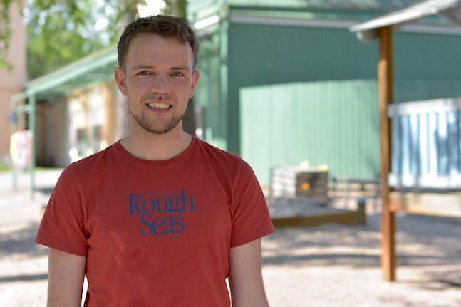 På gården mellan radhusen har Jonatan Gauffin lärt känna sina grannar. En del av dem har blivit vänner på djupet.
