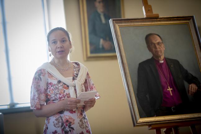 Ninni Heldt har jobbat med biskopens porträtt i ett halvt år.