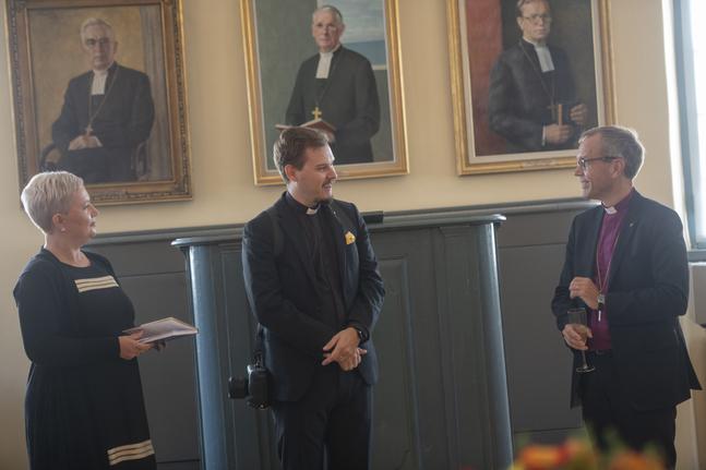 Heidi Juslin-Sandin och Linus Stråhlman överräckte festskriften.