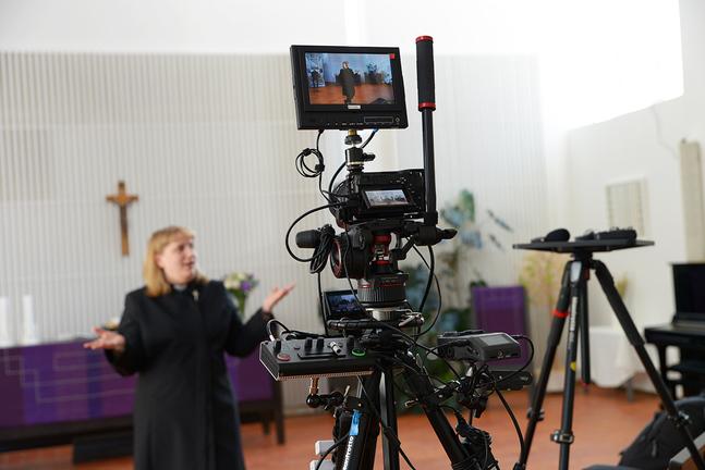 Esbo svenska församling har hyrt in proffshjälp för att sköta strömningen av gudstjänsterna, berättar kyrkoherde Kira Ertman.