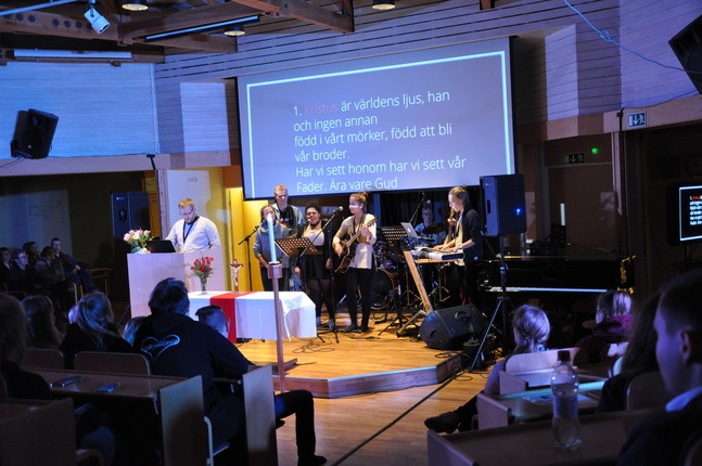 UK-präst Freddi Wilén och kompbandet inledde torsdagskvällens med en andakt.