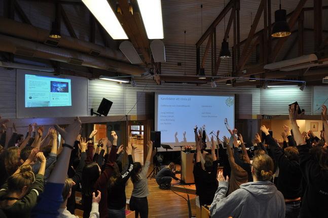 När deltagarna väntade på resultatet av ordförandevalet passade det bra med pausgymnastik.