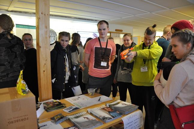 På lördagen kunde UK-deltagarna mingla med olika utställare. Här försöker Visa Lammentausta pricka måltavlan i Förbundet Kyrkans ungdoms tävling.