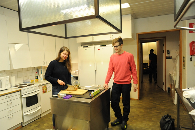 Ica Holmberg och Jakob Ventin gör i ordning frukost för nattgästerna.
