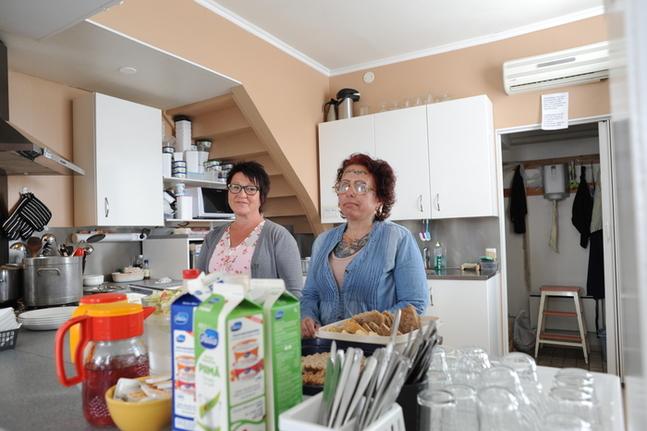 """""""Välkommen som du är."""" Verksamhetsledare Benita Eriksson och praktikant Kristina Karlsson tar emot Hyddans lunchgäster."""