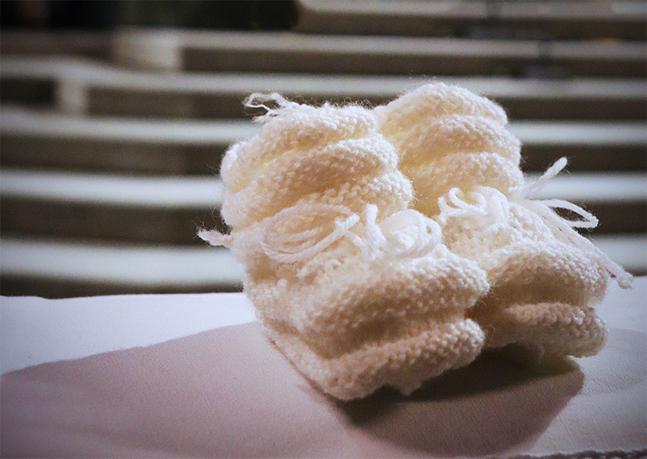 Församlingens missionskrets och andra frivilliga ger värmande sockor åt de nydöpta.