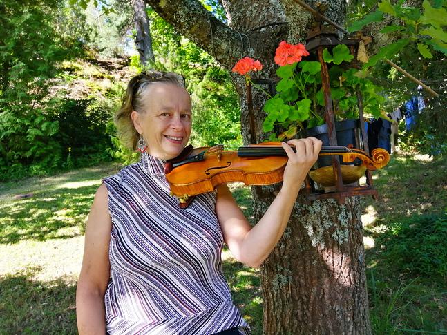 Elina Mieskolainen frilansar som musiker i kyrkliga sammanhang i bland annat Borgå, Lovisa och Pernå.