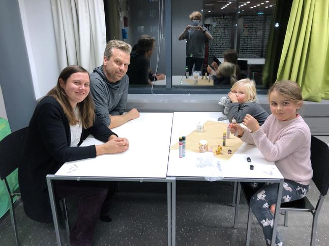 Tuuli Lempa, maken Jukka och döttrarna Siiri och Helmi deltog i familjekvällen som ordnades i församlingen i stället för familjelägret som inhiberades.