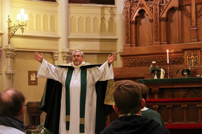 Under sitt Finlandsbesök förrättade biskop Guy Erwin regnbågsmässa i Johanneskyrkan i Helsingfors.