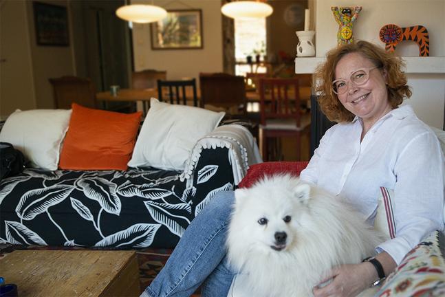 """Heidi Finnilä är aktuell med podden """"Min galna mamma"""" som hon gör tillsammans med dottern Vivi Vesterinen. I podden diskuterar de svåra ämnen som psykisk ohälsa, skilsmässa och förhållandet till alkohol."""