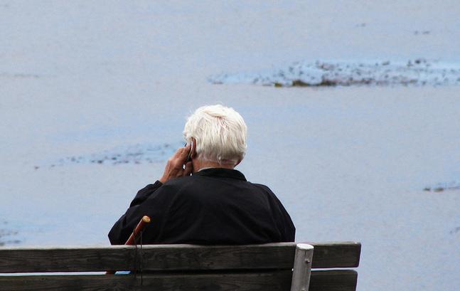 Inom diakonin försöker man lindra ensamheten genom att ringa upp och prata i telefon.