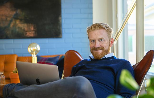 Henrik Lindberg har inget eget arbetsrum, utan sitter där det finns en ledig stol.