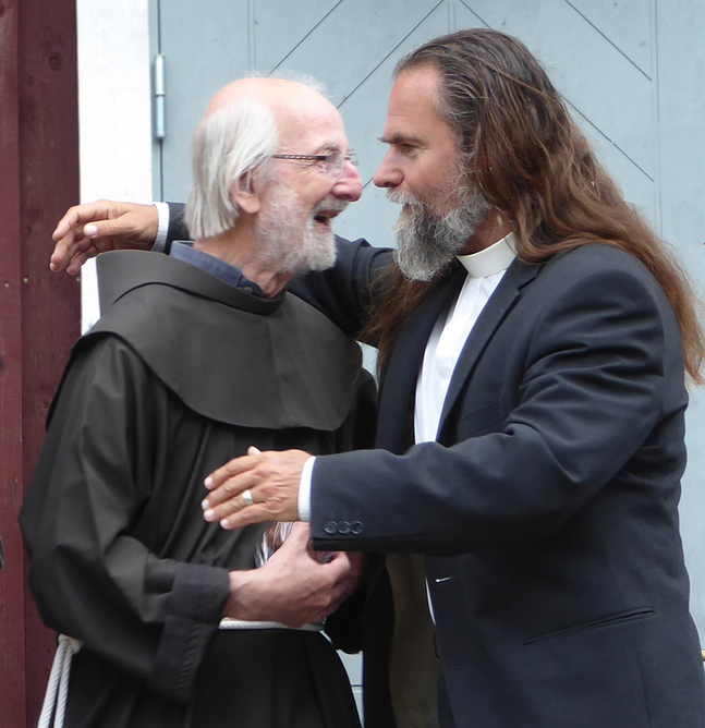 Fader Henrik Roelvink och Peter Karlsson, kyrkoherde i Ålands södra skärgårdsförsamling.