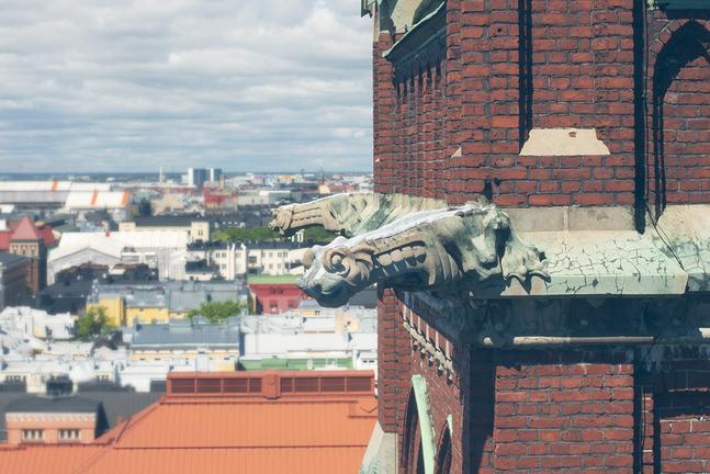 Johanneskyrkans norra torn och dess gargoyler väntar fortfarande på restaurering.