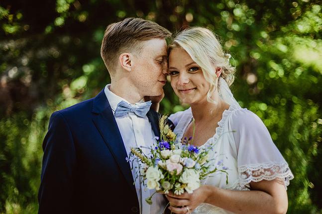Michaela Rosenback och Lucas Dahlström tänkte om och ordnade ett småskaligt bröllop förra sommaren.
