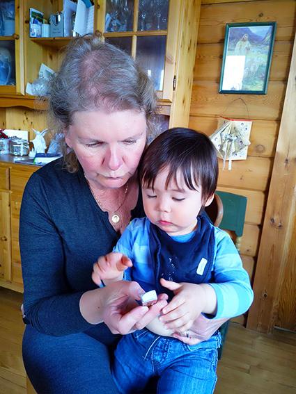 Närhet är ett grundläggande behov, där spelar babymassage en viktig roll, betonar Sussi Hindsberg, här tillsammans med sitt barnbarn.