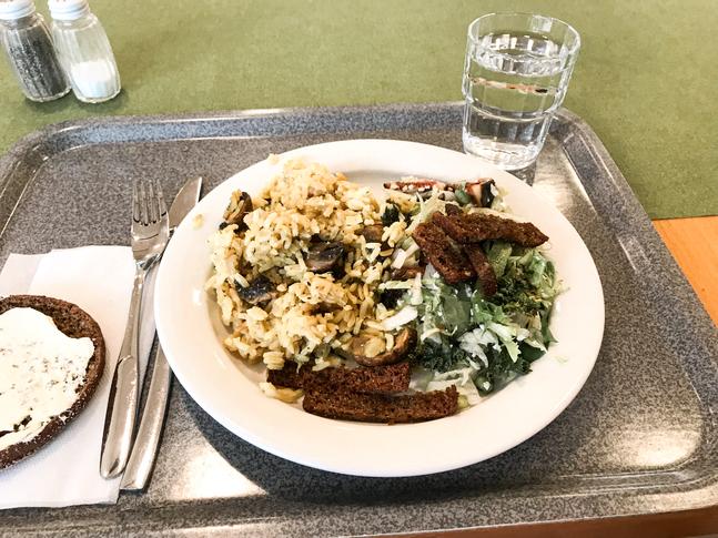 Svamprisotto och sallad med lyxig känsla på Snellu Café.