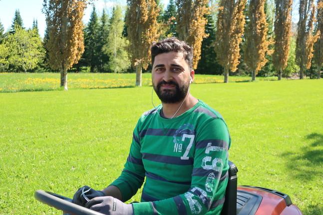 Muhammed Mashhadani gör praktik i Solfs församling inför hösten när han ska börja studera till gårdskarl.