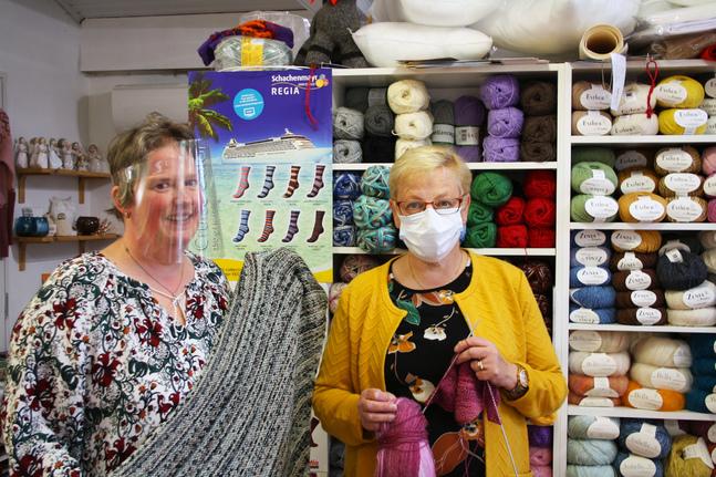 Susanne Lindbäck är värd för stickcaféet som sammanstrålar i hennes butik. Att de kunde sticka tröstesjalar var Gunilla Teirs idé.