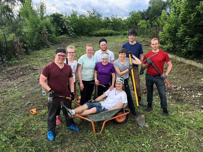 Deltagarna i Petrus församlings lärjungaskola Transform reste till Rumänien och röjde plats för baracker där det ska bedrivas barnverksamhet för de romska barnen.