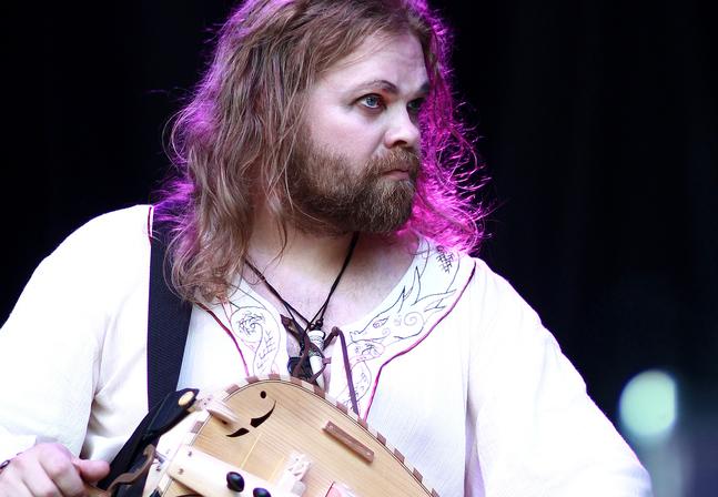 I folkmusikbandet Ratatosk spelar  Frank Berger vevliran Hildegard.