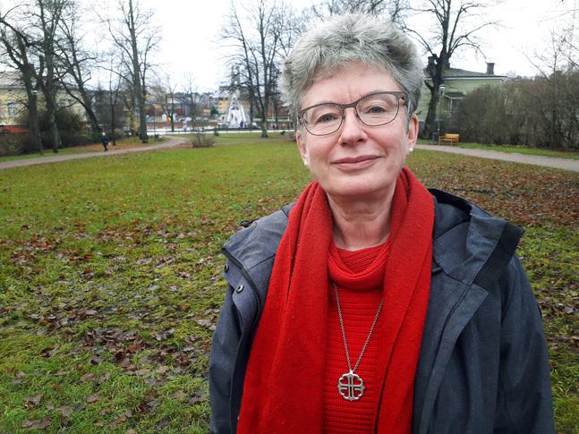 Diakoniarbetare Irina Lemberg konstaterar att pengar bara är en del av det stöd människor behöver.