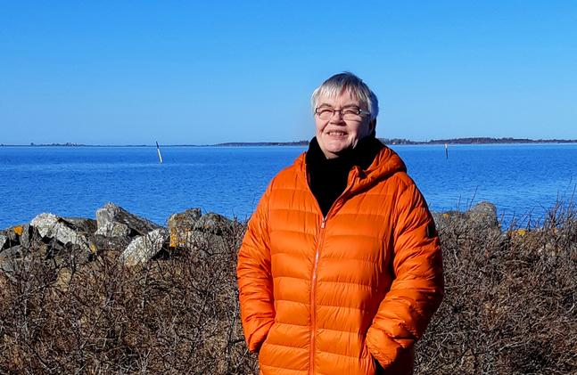 Iris Sjöberg vandrar gärna ut till stranden. – När man blickar västerut anar man  öppna havet.