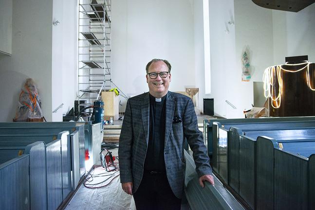 Jan Olov Fors får hålla gudstjänst i en nyrenoverad kyrka i Tölö i Helsingfors.