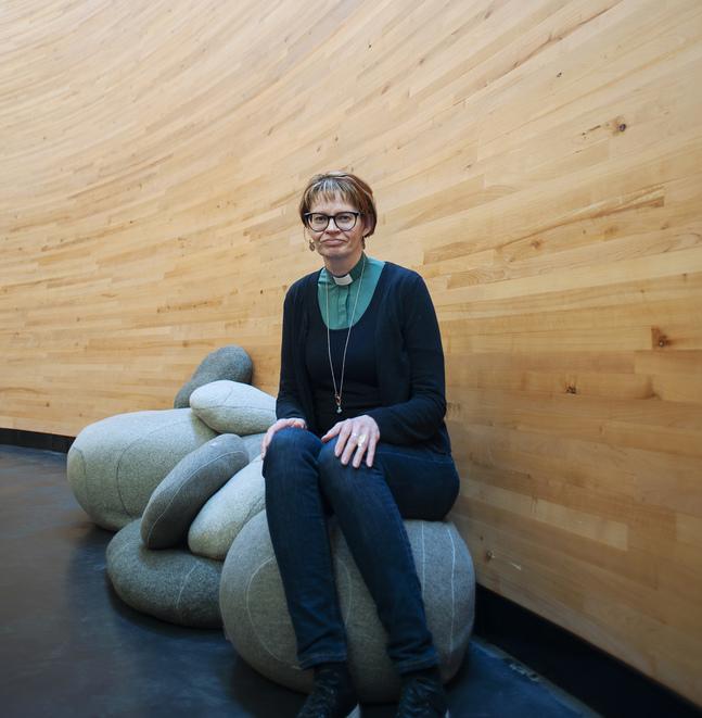 Anne Immonen är en av dem som lyssnar till besökarna i Kampens kapell.