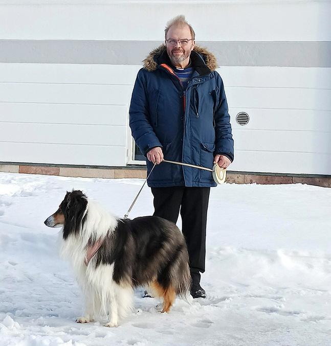 Mats Björklund ser fram emot att träffa nya människor i jobbet som kyrkoherde i Korsholms svenska församling. Hunden Nellie är hans promenadsällskap.