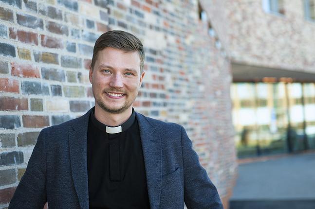 Kristian Willis utanför Dickursby nya kyrka i Vanda.