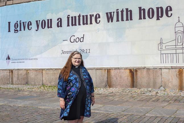 """Helene Liljeström tycker att citatet vid domkyrkan är väldigt väl valt. På svenska lyder motsvarande bibelställe: """"Jag skall ge er en framtid och ett hopp."""""""